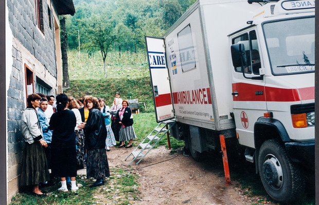 One of the first deliveries of scarce commodities bought with funds raised by Kvinna till Kvinna, arrives in Bosnia (1993). Photo: The Kvinna till Kvinna Foundation/Archive.